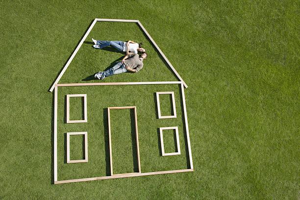 mettez-vous à l'intérieur de la maison couple de silhouette - prêts immobiliers et crédits photos et images de collection