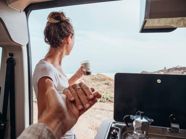 pareja que vive la vida de la furgoneta - happy couple sharing a cup of coffee fotografías e imágenes de stock