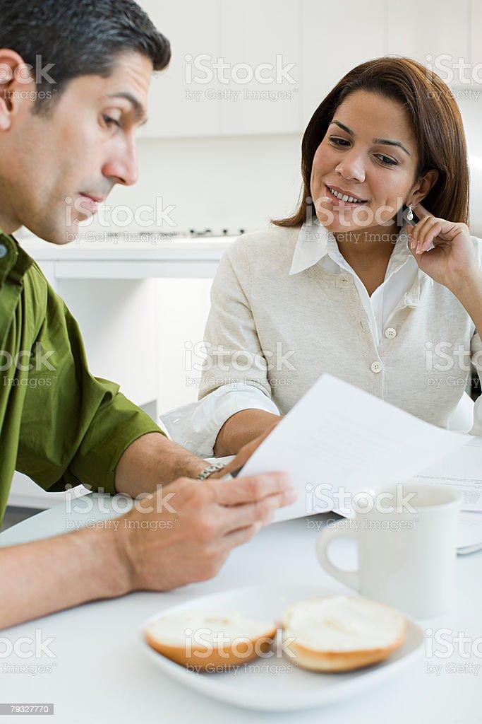 Casal olhando para documentos foto de stock royalty-free