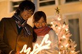 お探しのカップルはクリスマスイルミネーション