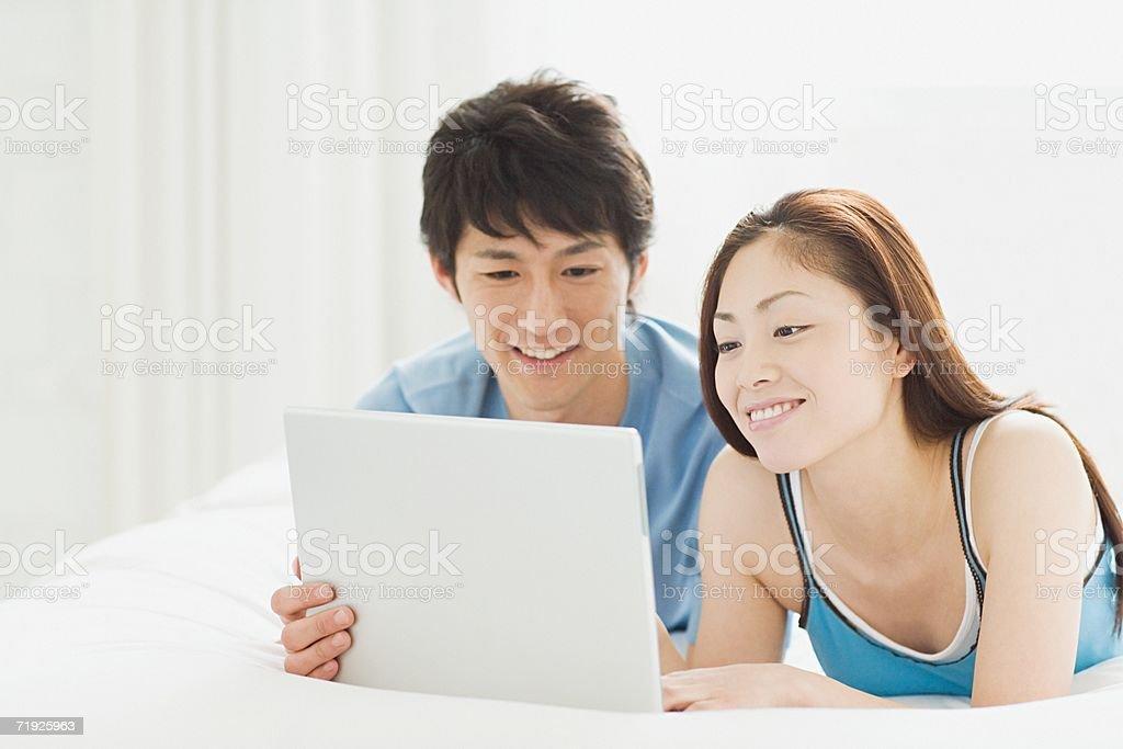 Casal olhando para laptop foto de stock royalty-free