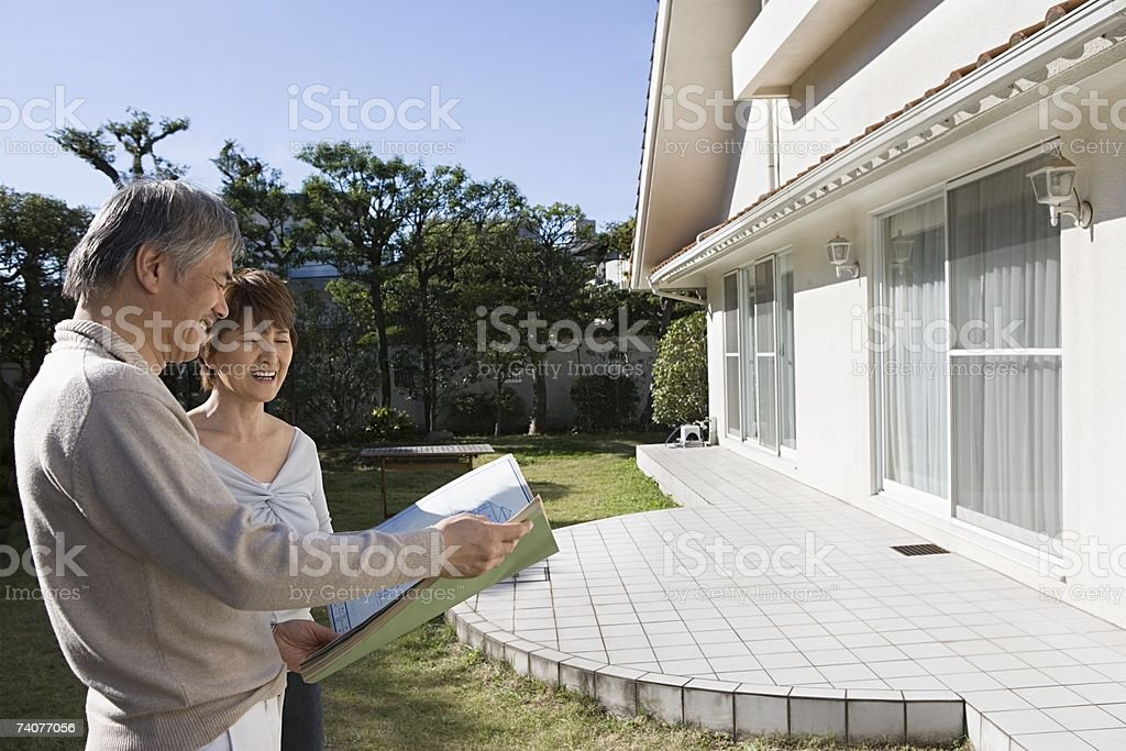 Couple looking at plans foto de stock royalty-free