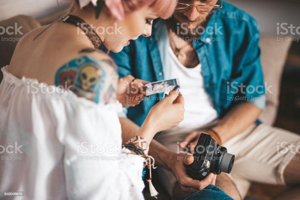 Casal olhando fotos polaroid - foto de acervo