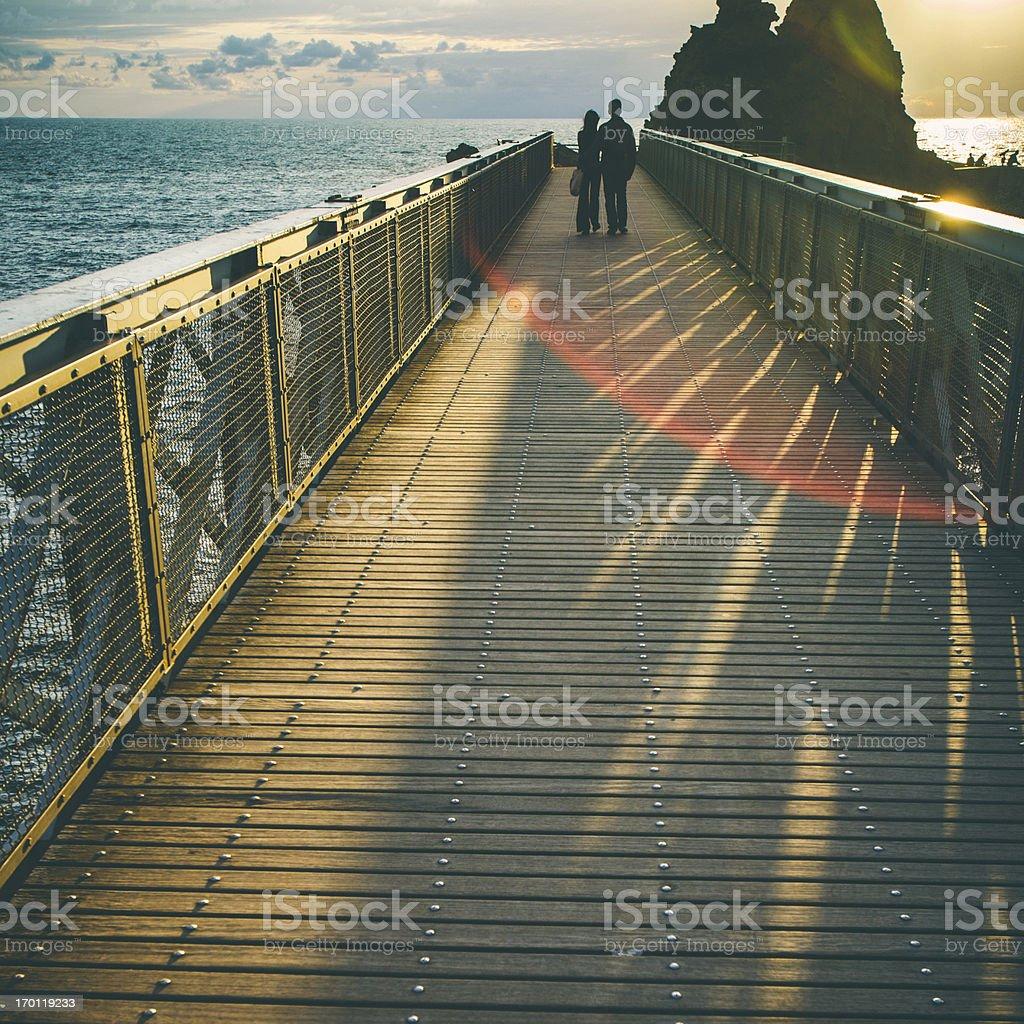 Couple à la recherche au coucher du soleil. - Photo