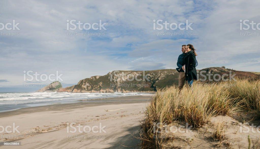 望著大海的夫婦 - 免版稅一起圖庫照片