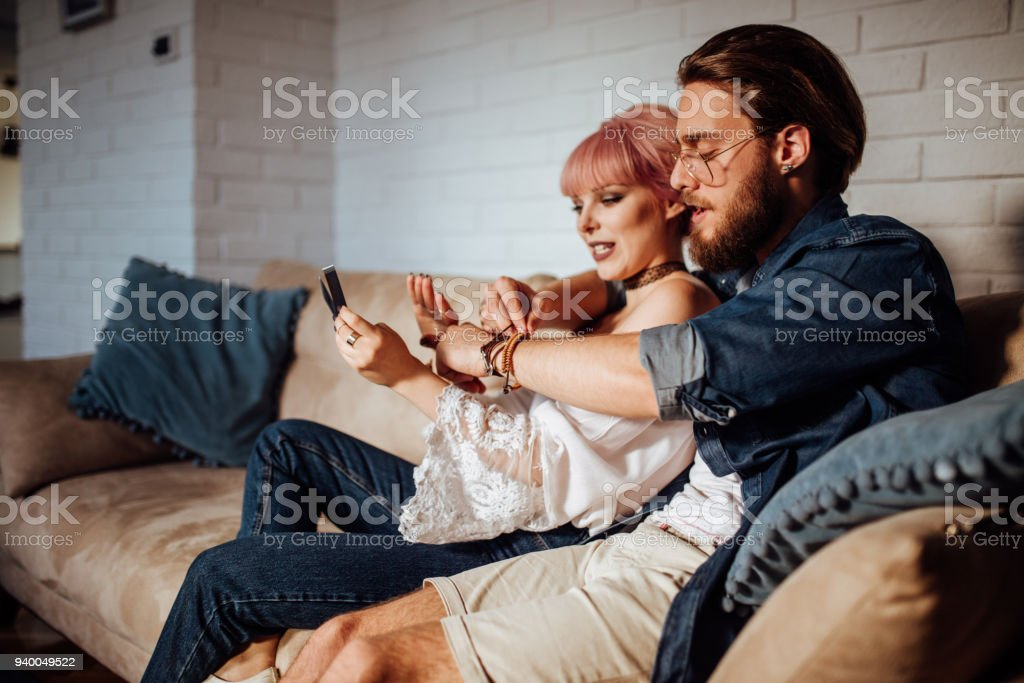 Casal olhando suas fotos polaroid - foto de acervo