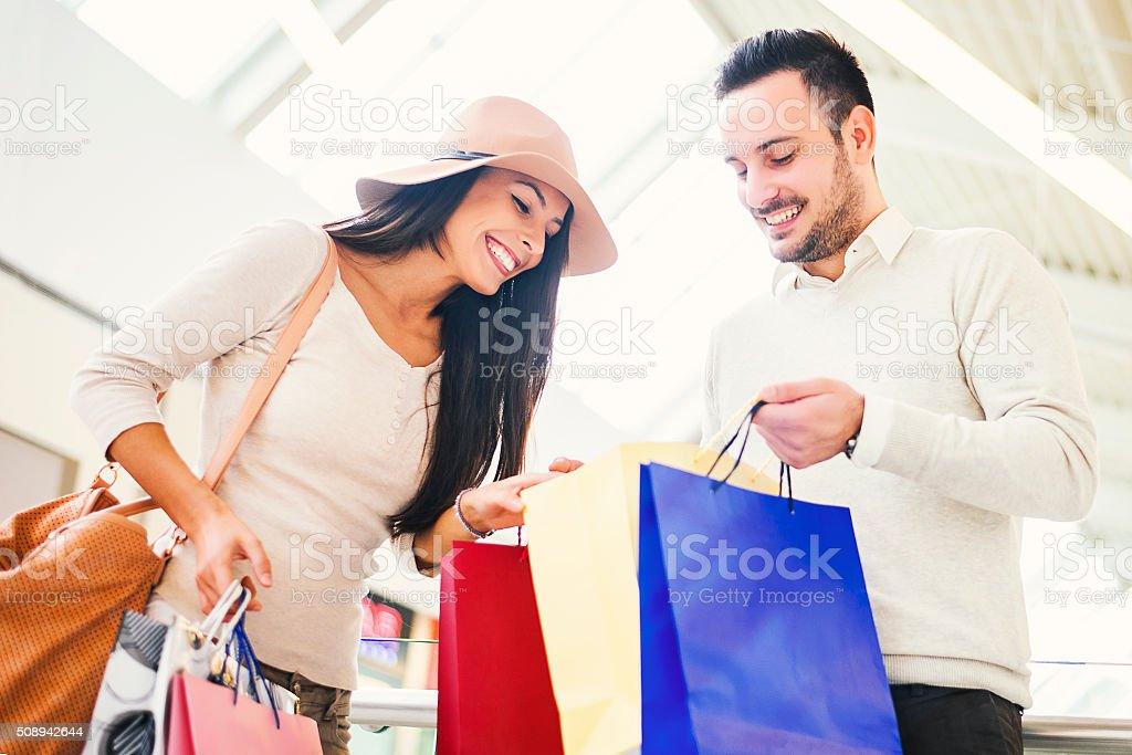 Paar schaut an Ihren Einkaufstaschen – Foto
