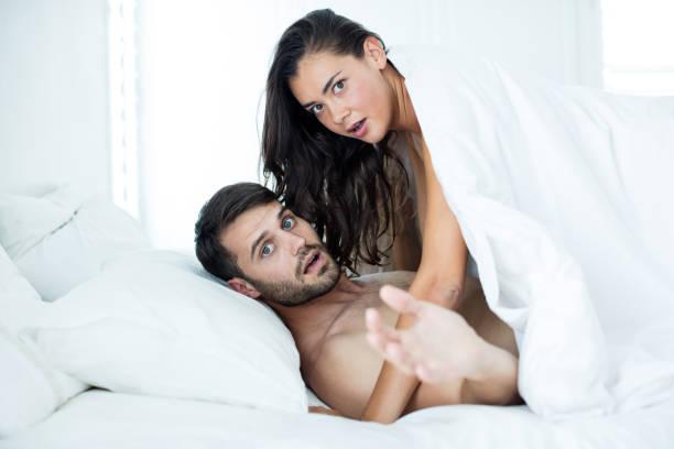 paar sucht schockiert während romancing - marvel schlafzimmer stock-fotos und bilder
