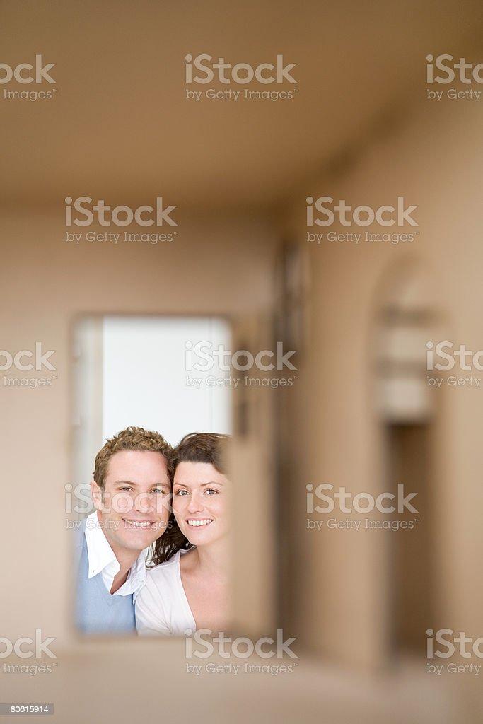 Paar auf der Suche durch ein Puppen house Hotel Lizenzfreies stock-foto