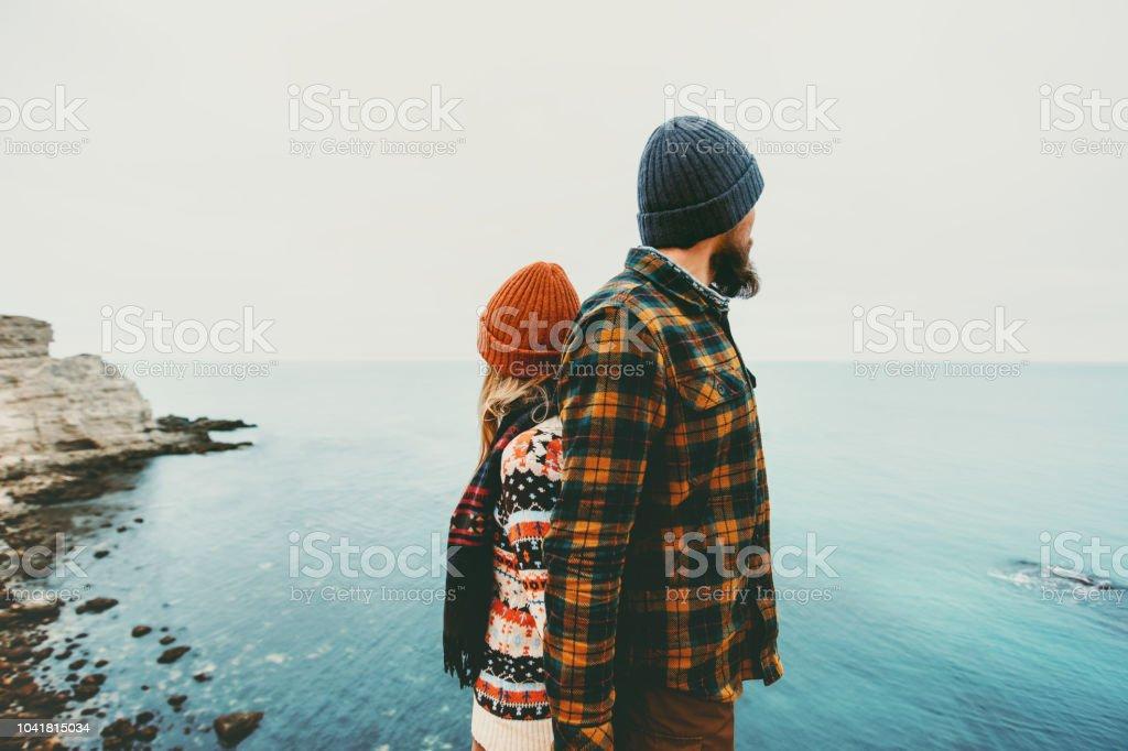 Paar liebenden Mann und Frau stehen Rücken zusammen Liebe und Reisen gerne Emotionen-Lifestyle-Konzept. Junge Familie reisen romantische Ferien herbst-Winter-Saison – Foto