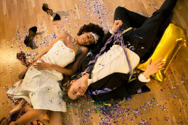 Couple Allongé sur le sol - Photo