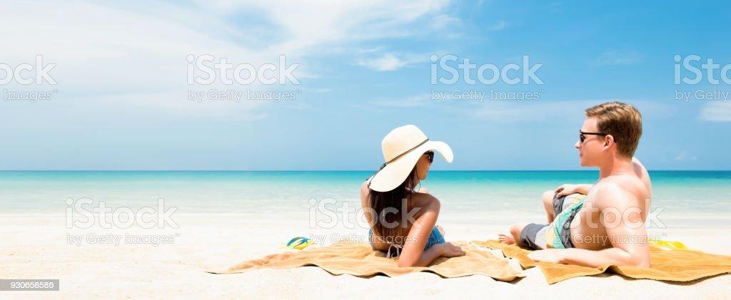 Paar auf weißen Sand am Strand relaxen und Sonnenbaden in den Sommerferien – Foto