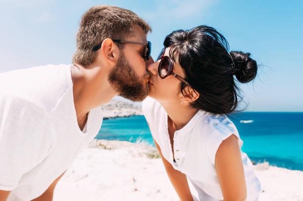 paar macht ein selfie. guy und mädchen haben spaß auf dem meer.  hochzeitsliebhaber. mann und frau auf der insel. paar verliebt im urlaub. seereise. hochzeitsreise. paar verliebt in der blauen lagune. kuss - hochzeitsreise zypern stock-fotos und bilder