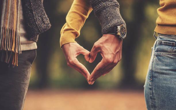 Paar Herzform mit Händen machen. Liebe, dating, Romantik – Foto