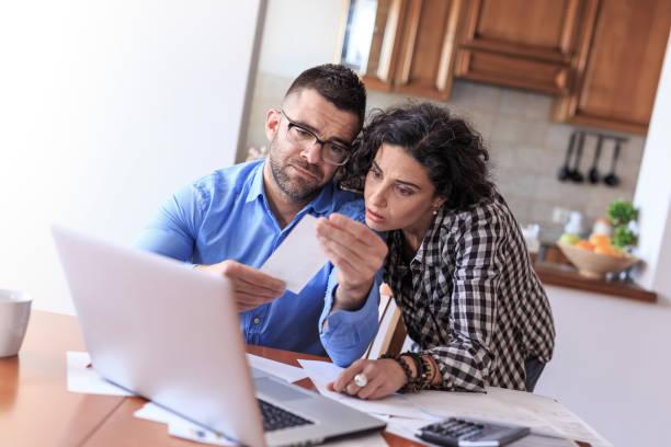 couple faisant de finances maison - prêts immobiliers et crédits photos et images de collection