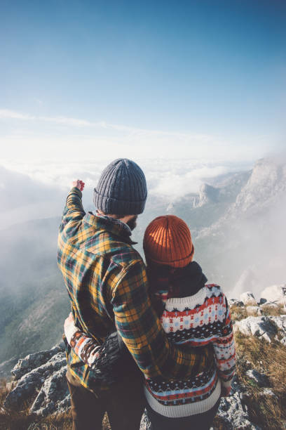 Paar Mann und Frau umarmt genießen Berge und Wolken Landschaft auf Hintergrund Liebe und glückliche Gefühle-Lifestyle-Konzept zu reisen. Junge Familie reisen aktiv Abenteuer Urlaub – Foto