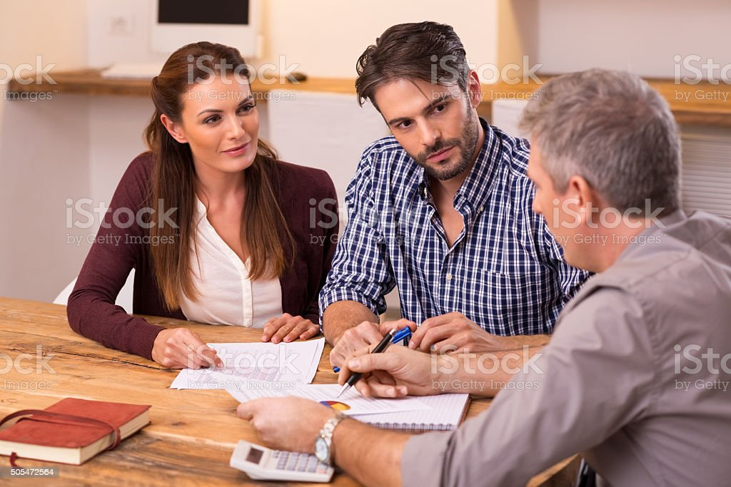 Couple meeting financial advisor​​​ foto
