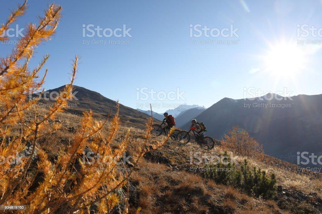 산에 가파른 언덕을 몇 산악 자전거입니다. - 로열티 프리 2명 스톡 사진