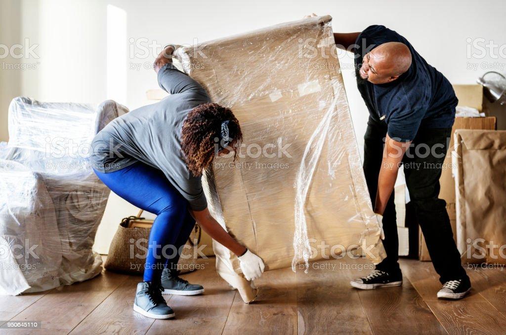對夫婦搬進新房子 - 免版稅一起圖庫照片