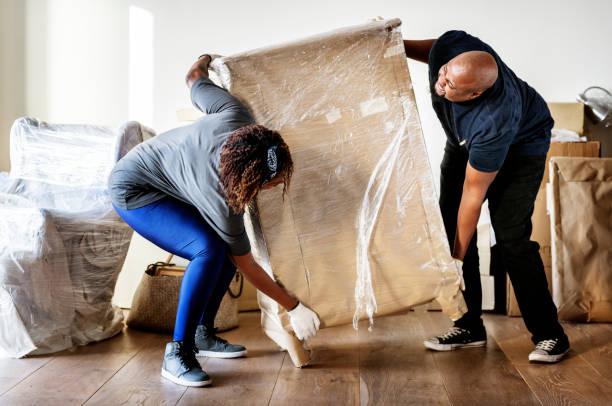 對夫婦搬進新房子 - 重的 個照片及圖片檔