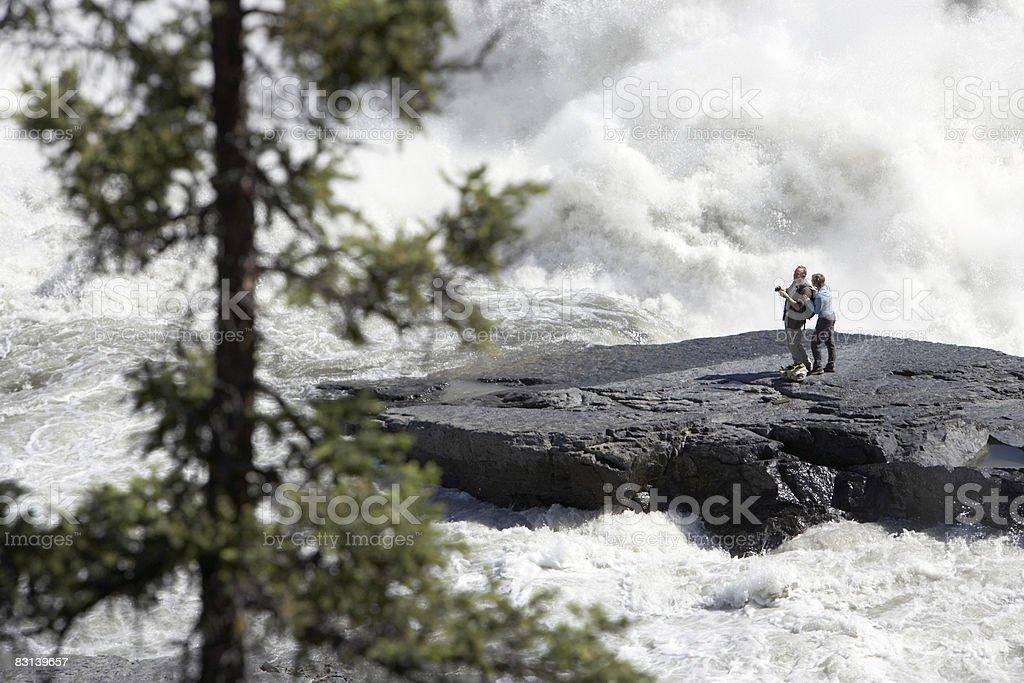 couple next to Virginia Falls, Nahanni River  photo libre de droits