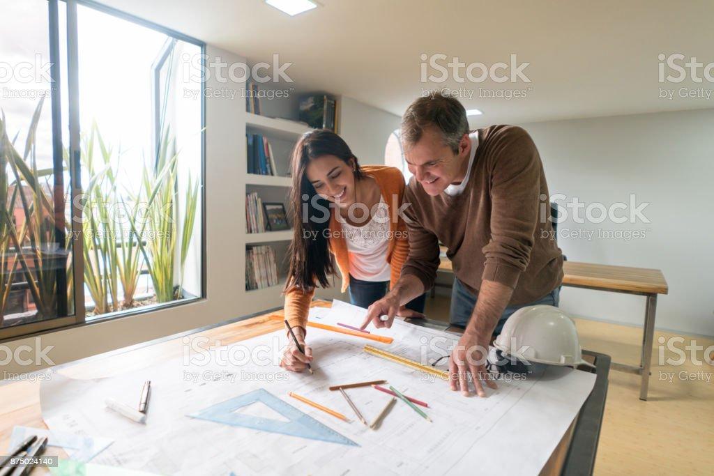 Paar Architekten arbeiten im Büro einen Plan zeichnen – Foto