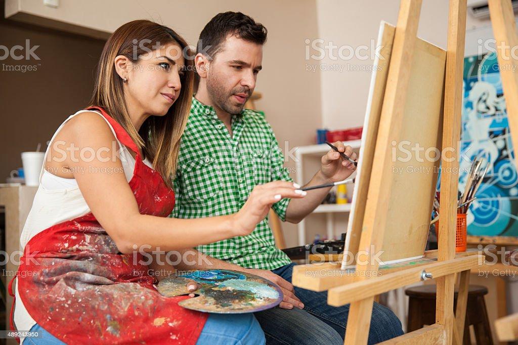 Dois artistas trabalhando juntos - foto de acervo