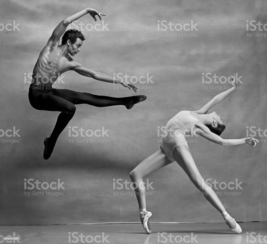 Ein paar Ballett-Tänzer posieren auf grauem Hintergrund – Foto