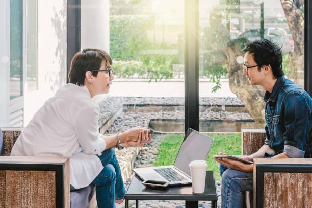 近代的なオフィスまたはビジネス グループ コンセプトのコーヒー ショップで幸せなアクションと話してカジュアル スーツとビジネス人々 のカップル - スマートカジュアル ストックフォトと画像