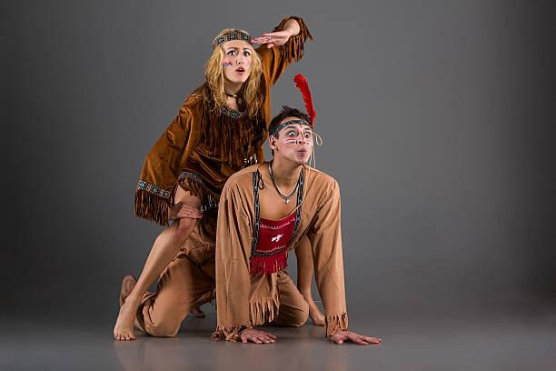 paar lustige american indian zeichen im studio - indianer kostüm herren stock-fotos und bilder