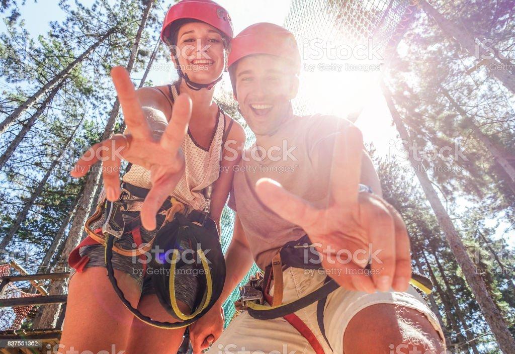 Paar glücklich Kletterer Spaß im Erlebnispark im freien - junge Freunde tun, extreme Sport - reisen, Fernweh und Sommer Urlaub - Gesichter - warme Filter im Fokus – Foto