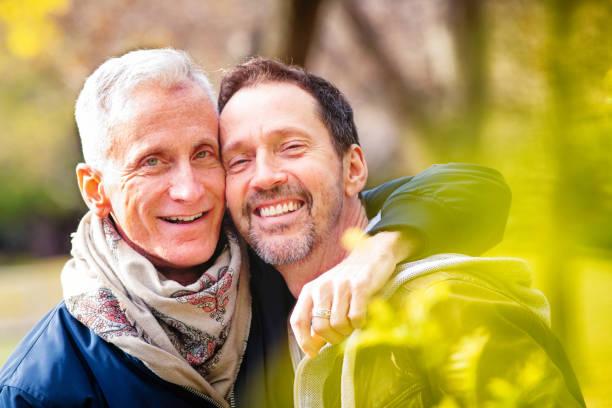 Paar von liebevollen Senior homosexuell Männer Porträt in einem Park Ende Oktober – Foto