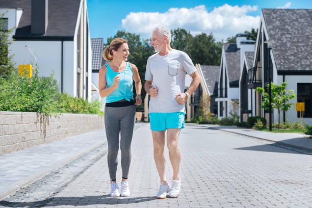 paar reifen geschäftsleute beim joggen zusammen erstaunliche gefühl - immunsystem stärken stock-fotos und bilder