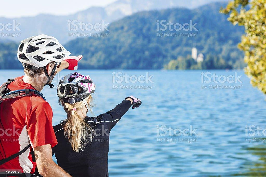 Paar mountainbikers um Bled See island – Foto