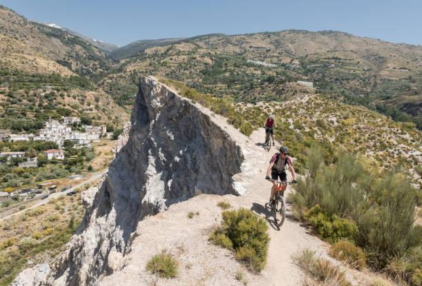 Paar Mountainbiker auf einer single-Trail in der Nähe einer Klippe in der andalusischen Sierra Nevada. – Foto