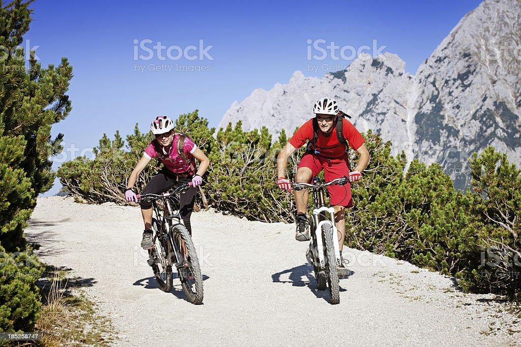 Paar mountainbikers – Foto
