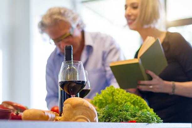 couple of seniors cooking at home - gedichte zum ruhestand stock-fotos und bilder