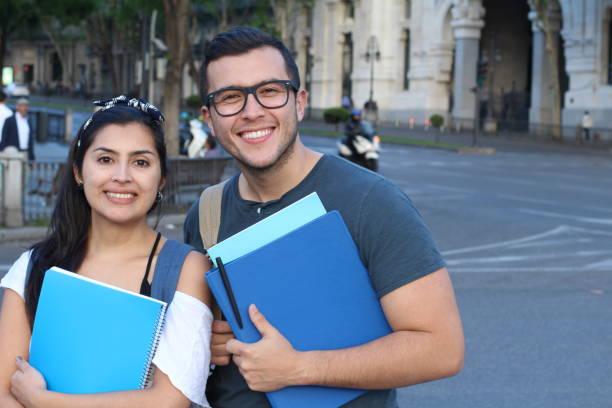 paar von studenten auf der straße - englandreise stock-fotos und bilder