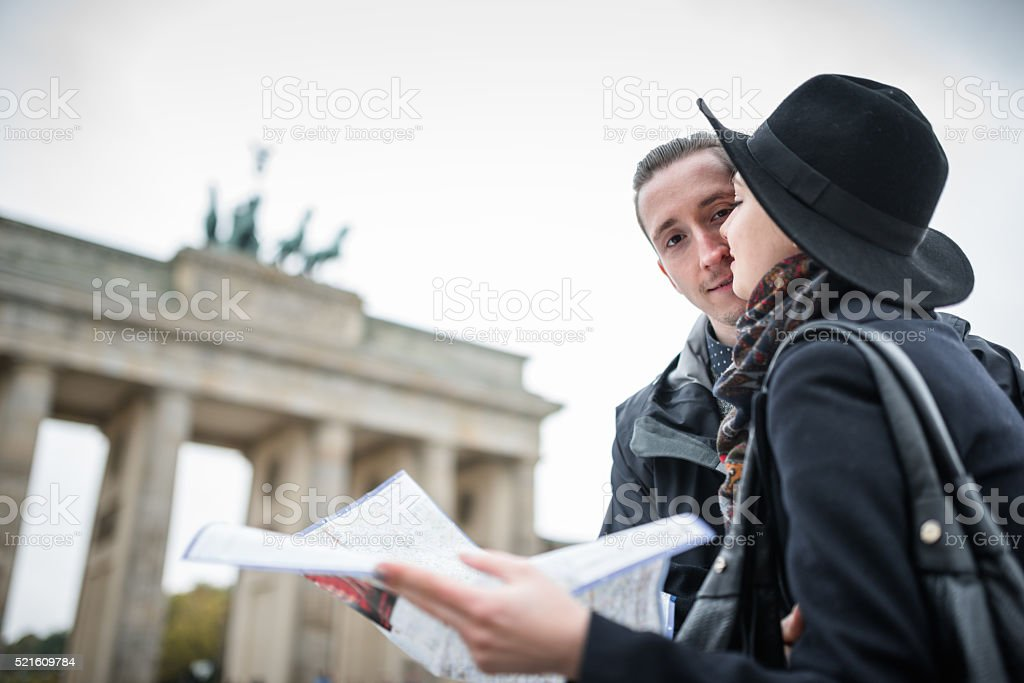 Paar Touristen in Berlin Lesung touristischen Landkarte – Foto