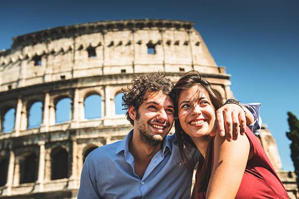 paar touristen genießen sie den urlaub in rom - städtetrip stock-fotos und bilder