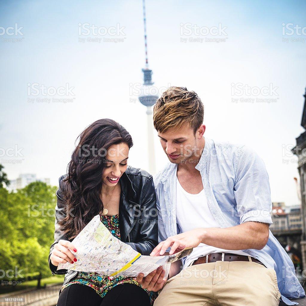 Paar Touristen liest einen Stadtplan von berlin – Foto