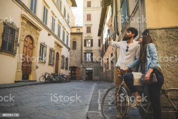 Couple of tourists in florence travelling around italy picture id885564130?b=1&k=6&m=885564130&s=612x612&h=zxcqq9f7v7schq5sjx ep ycmbg  tgqoqrd8lcurm4=