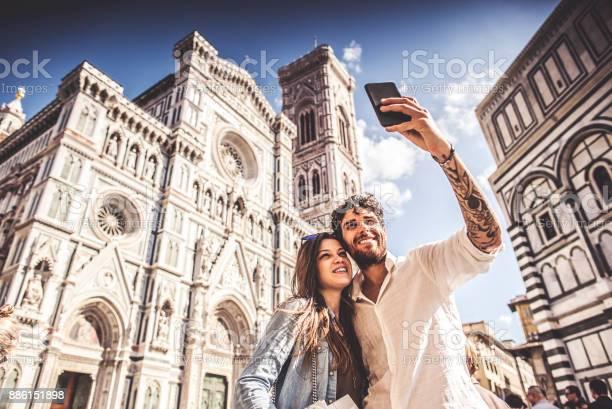 Couple of tourists in florence travelling around italy picture id886151898?b=1&k=6&m=886151898&s=612x612&h=32rcnpjeaspb5fwbkhyoxmptalwatzhaa4oa6fbyi5k=