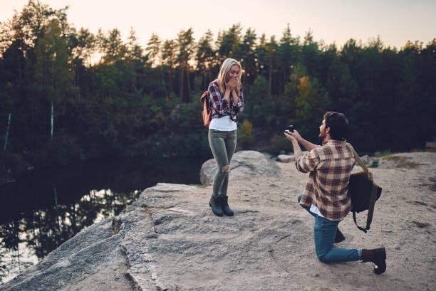 några turister på naturen. - förlovningsring bildbanksfoton och bilder
