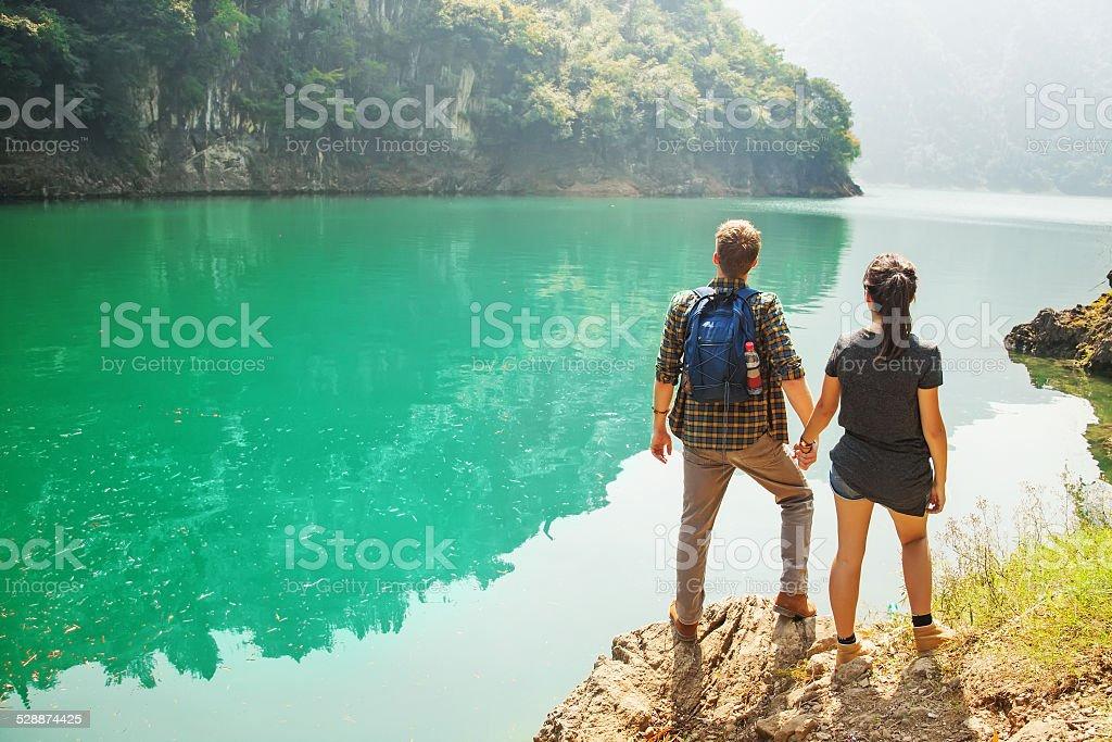 Paar Reisende im wunderschönen lake – Foto