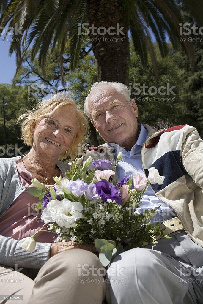 Paar zwei ältere Erwachsene im park Lizenzfreies stock-foto
