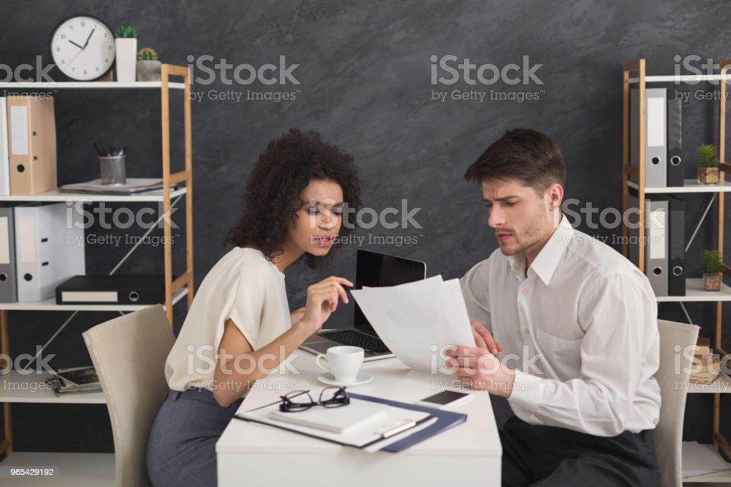 Couple de jeunes collègues de travail au bureau moderne - Photo de Adulte libre de droits