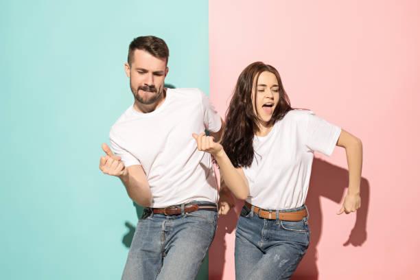 um casal de homem e mulher dançando hip-hop no estúdio - dançar - fotografias e filmes do acervo