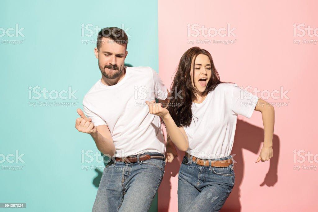 Un par de jóvenes hombre y mujer bailando hip-hop en el estudio - foto de stock