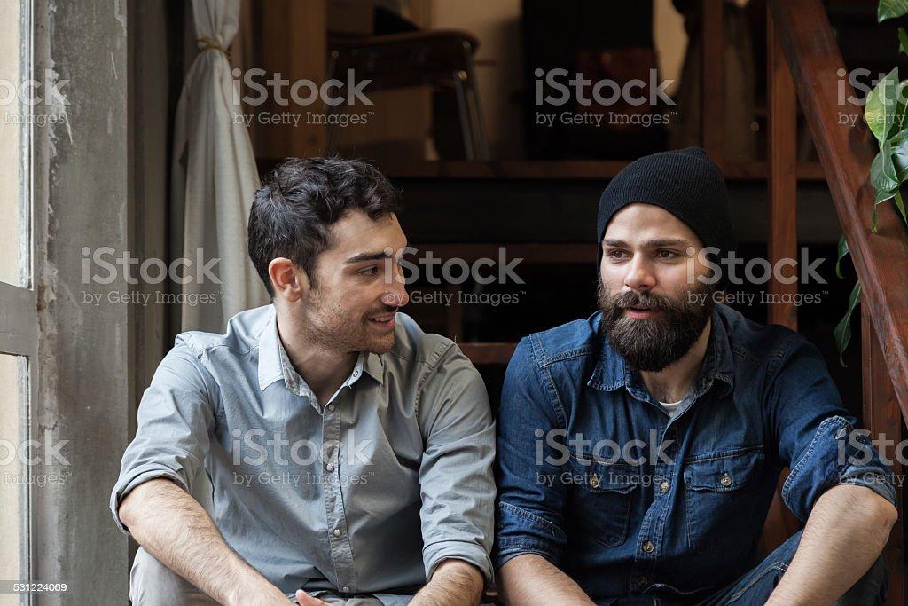 Paar Junge Männer sprechen auf der Treppe – Foto